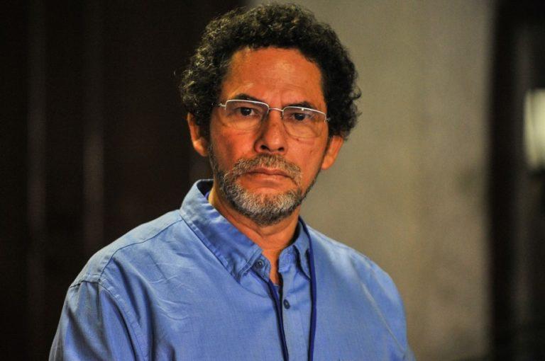 Permitir porte de armas a civiles es regresar a legalización del paramilitarismo: 'Pastor Alape'