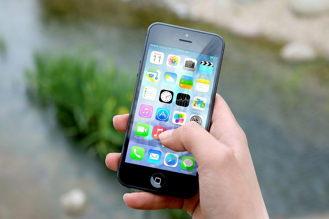 Francia prohibirá el uso de celulares en la escuela