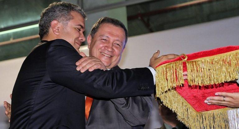 Duque entregó distinción Orden de Boyacá a Ernesto Macías, hecho criticado por Cepeda y Petro