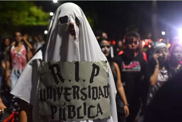"""Con """"marcha zombi"""" los estudiantes exigieron más recursos para la educación pública"""