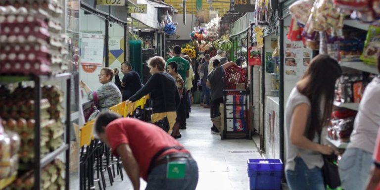 Fuerte caída en confianza de consumidores en abril, según Fedesarrollo