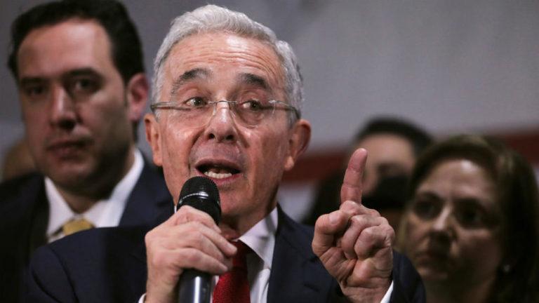 """Piden suspender cuenta de Uribe en Twitter por """"promover la violencia"""" contra manifestantes"""