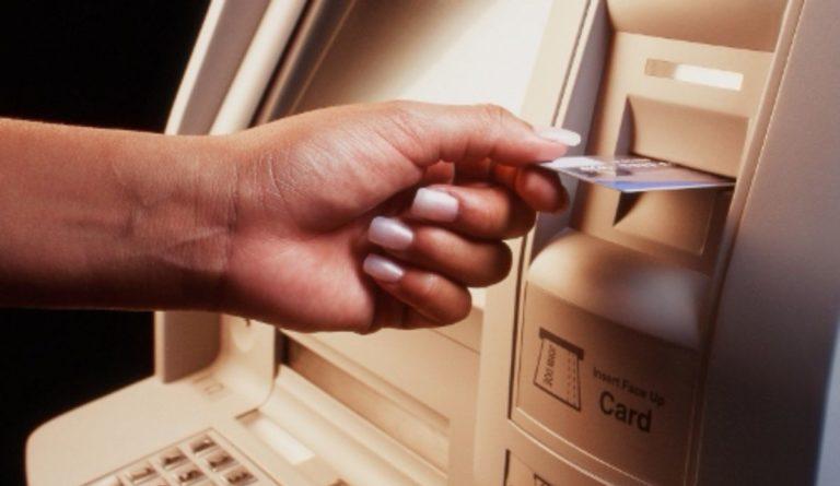 Estos son los bancos que más cobran por hacer retiros en el exterior