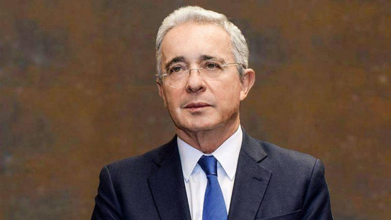 """Uribe tilda de """"politiquero"""" al presidente de la JEP"""