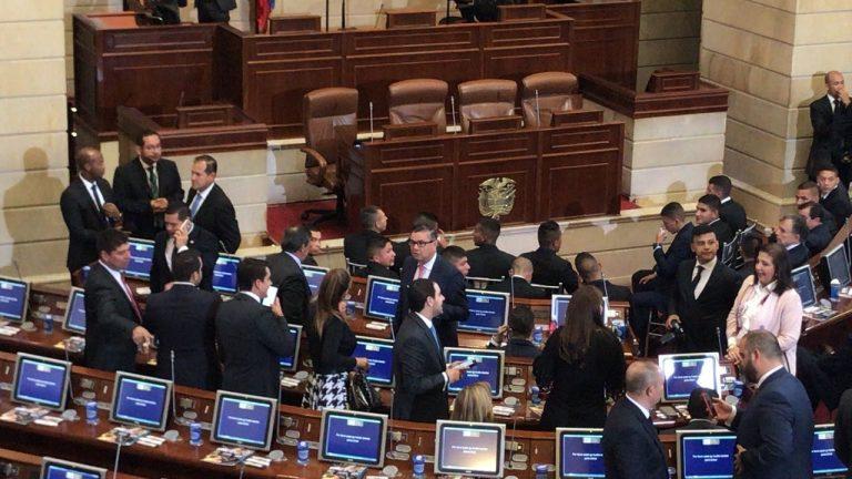 Reforma que busca congelar salario de congresistas pasó primer debate en el Senado