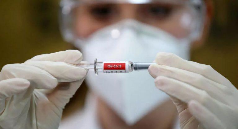 Reino Unido y UE recomiendan vacuna de AstraZeneca pese a vínculos con coágulos