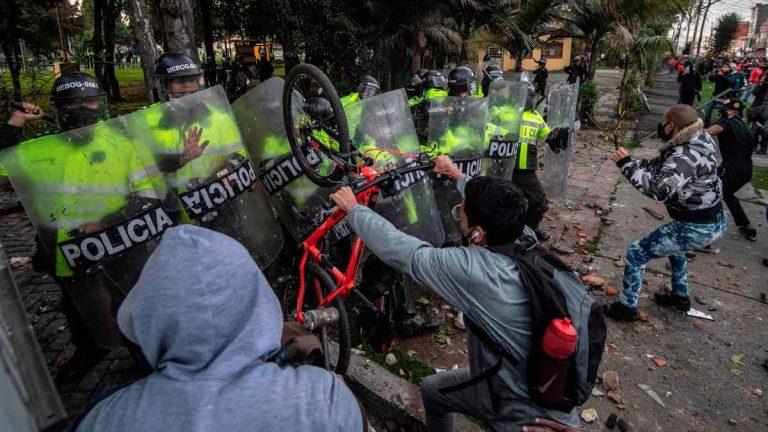 Más de mil uniformados lesionados en las protestas en Colombia