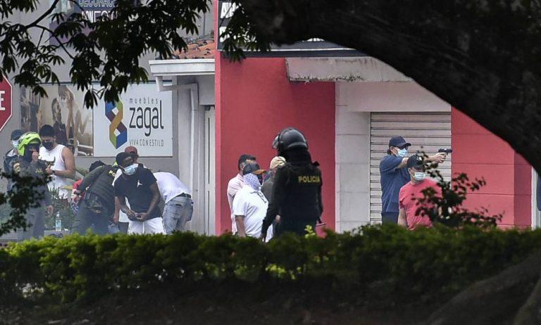 Investigan policías en Cali que permitieron que civiles dispararan contra manifestantes