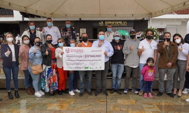 Alcalde de Rionegro entrega los primeros microcréditos de Banfamilia