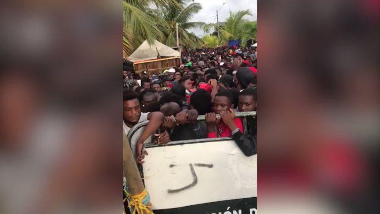 Necoclí vive un histórico hacinamiento de migrantes haitianos