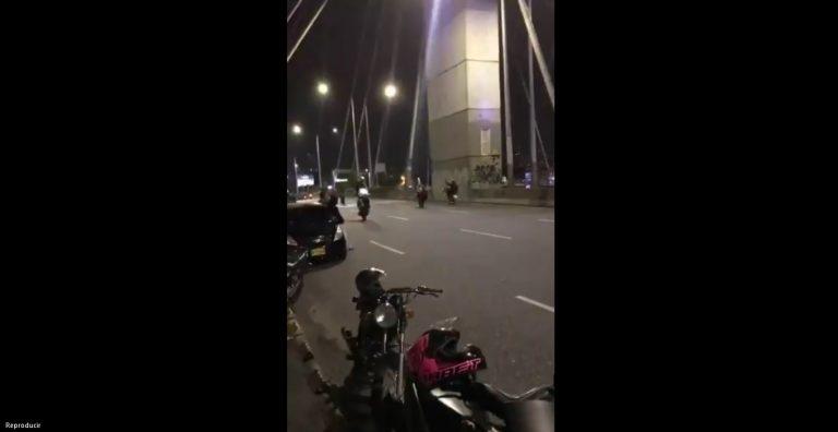 ¿Y las autoridades?, motociclistas se divierten con piques ilegales en puente de la 4 Sur