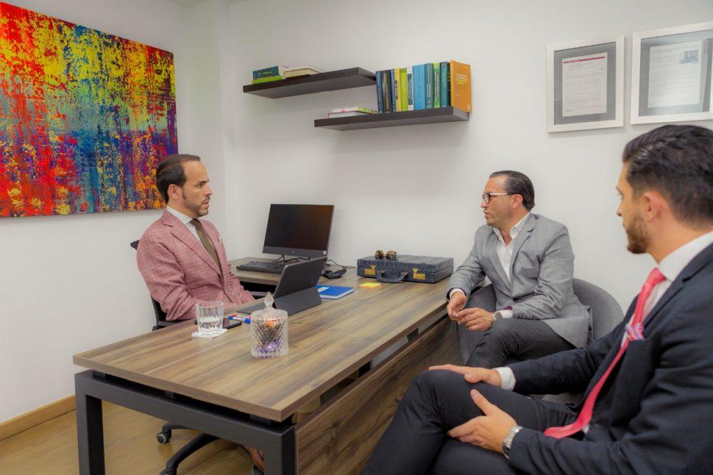 Foto: Abelardo De La Espriella en su nueva oficina en Medellín, sector Milla de Oro en el barrio El Poblado. Cortesía